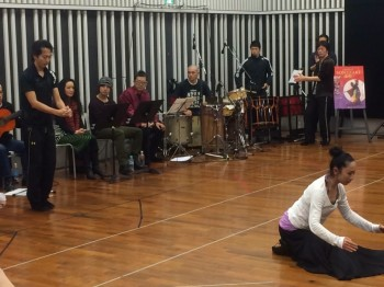"Tsuyoshi rehearses with the cast of ""FLAMENCO Sonezaki Shinju,"" produced by Yoko Agi with musical direction by Ryudo Uzaki. This production features flamenco by Mayumi Kagita and Hiroki Sato's dance company ARTE Y SOLERA.(Photo: Narumi Matsuda)"